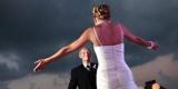 Зворушливі знімки батьків, які вперше побачили своїх дочок у весільних сукнях (Фото)