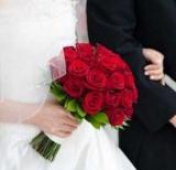 Весільний букет нареченої з червоних троянд: фото